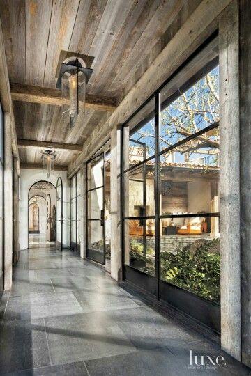 Gang met steel windows, nu met kolommen. Kan ook mooi  zijn in combinatie met betonnen kolommen van woongedeelte