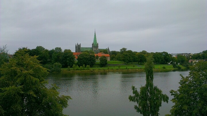 Nidarosdomen cathedral and the river Nidelven. www.visittrondheim.no
