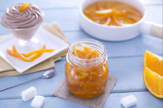 Le scorze di arance candite sono golosi dolcetti tipici nel Natale, perfette da gustare per le feste a fine pasto e per dare un buon aroma agrumato.