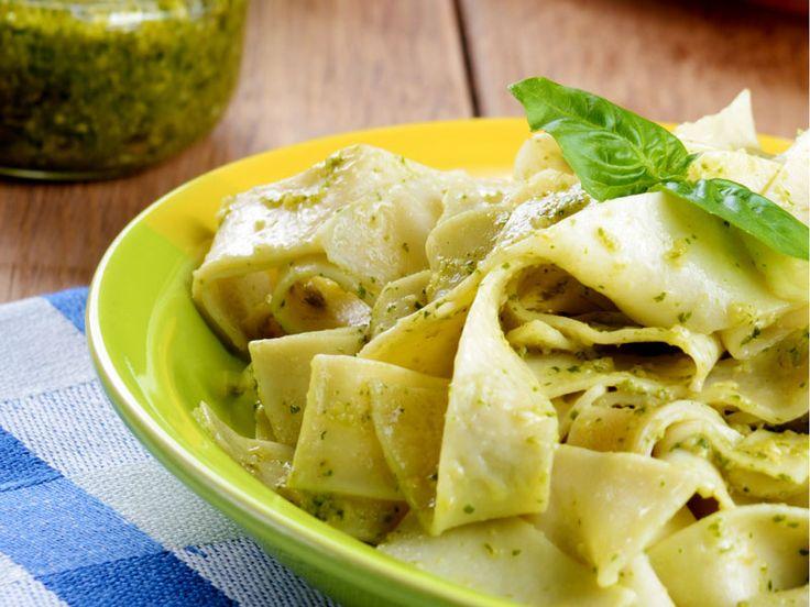 Pappardelle mit frischem Pesto   Pappardelle sind diese leckeren, extra breiten italienischen Bandnudeln. In diesem Rezept ist es ein köstliches selbstgemachtes Pesto aus frischem Basilikum das unter die fertig gekochten Pappardelle gemengt wird.   http://einfach-schnell-gesund-kochen.de/papardelle-mit-frischem-pesto/