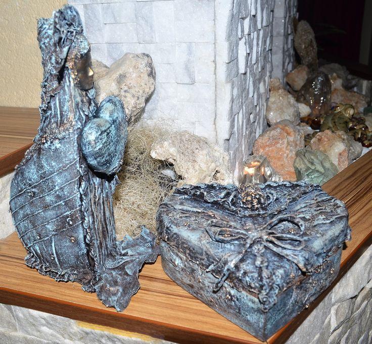 Itt még nem látszik, de a korábban készített ládika melletti szivecskés női alak valójában egy váza. – – Debrecen