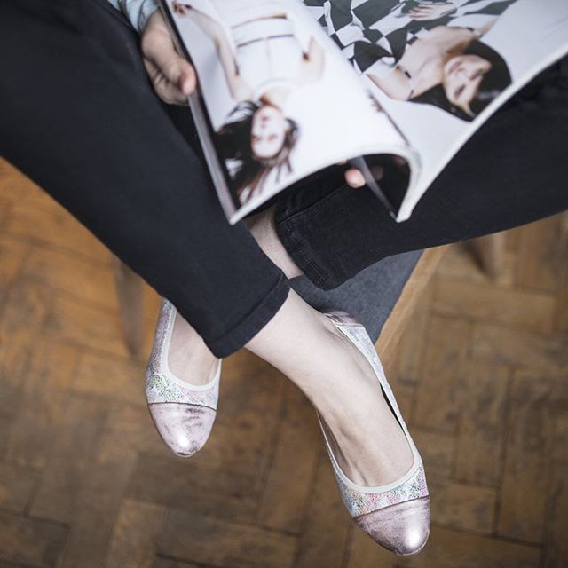 Kochamy pastele, a Wy? 🌸 🔎: B57-L-69-L-63 #shoes #shoestagram #instashoes #shoesinsta #lankars #pink #metalic #shiny #leather #ballerinashoes #magazine #woman #fashion #fashioninsta #instafashion #instagood #love #loveshoes #beautiful #flowers #flowerprint
