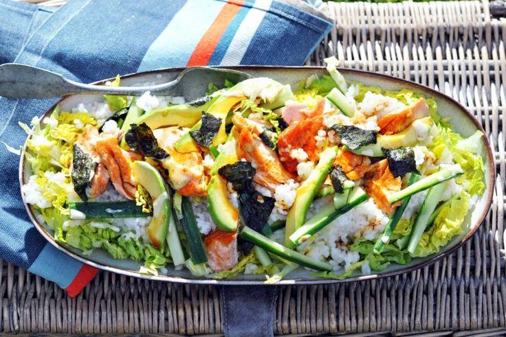 Bijzonder, deze frisse rijstsalade met komkommer, avocado en gebakken zalm. De stukjes nori en wasabimayo geven 'm een echte sushismaak - Recept - Allerhande