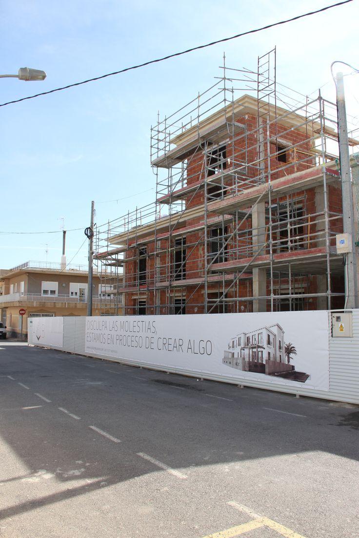 Edificio de dos viviendas en construcción.