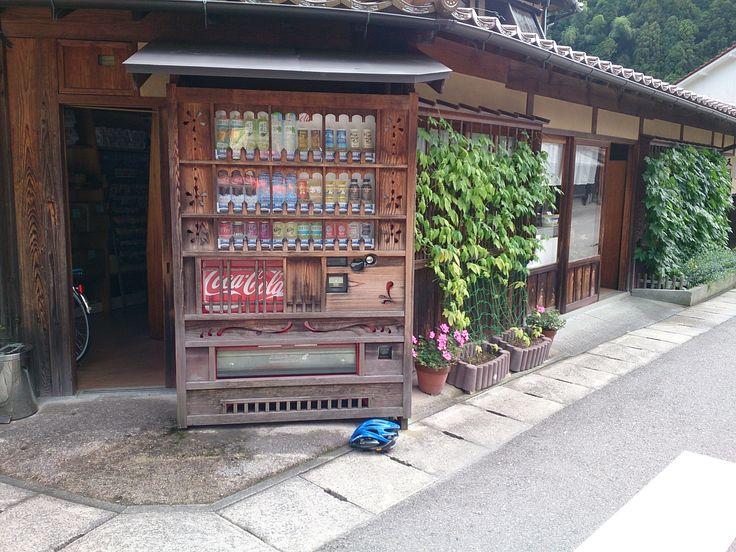 木で覆われたコカ・コーラの自販機。石見銀山にて。