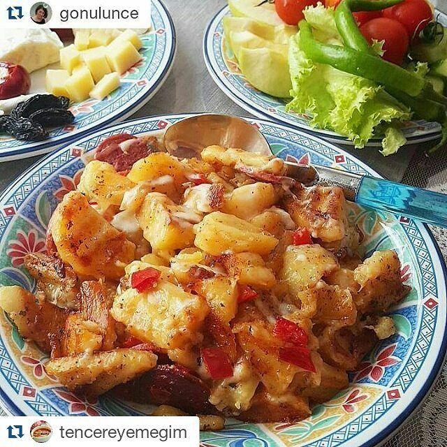 En güzel mutfak paylaşımları için kanalımıza abone olunuz. http://www.kadinika.com @gonulunce @gonulunce @gonulunce  #tenceredepisir Yeni bir haftaya lezzetli başlayalım  patatesi çok severim kahvaltıya bazen elma dilimli bazen küp keserek az zeytinyağı ve baharatlarla tavada kapağı kapalı çay demlenene kadar pişiririm  en son  sucuk veya salam hatta pastırmada olabilir katıp patatesleri çokk kirmadan hafif karıştırarak pişirir enn son rende kaşar serpip kapağı kapatıp bir iki dakika…