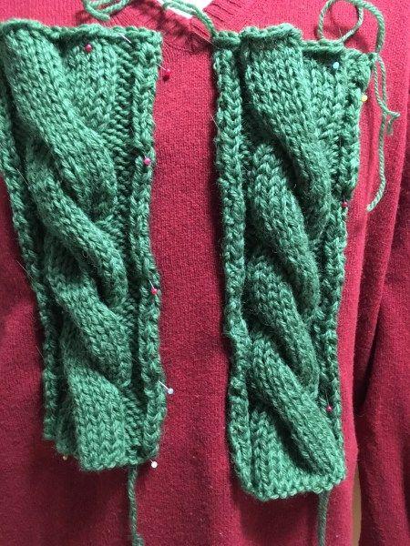 こんにちは!HAYATOです! 初めて縄編みを編んだ時、 「うお~めっちゃ編み物っぽい!」 と感動した記憶があります。 編み物本には3×3か4×4の縄編みまでは書いてありますが、今日は6×6縄編み!!秋冬編み物の定番、縄編みの裏技をご紹介します。 それではGO!!!!!! の前に、当ブログの縄編みシリーズ 【棒針】裏技!太い縄編み(ケーブル編み)を美しく編む方法!編み図付き 縄編みは4×4まで問題 1×1で2×2でも編み方は同じ、なのになぜ編み物本には4×4までしか書いていないのか?恐らく、5×5以上の縄編みをすると横方向が広すぎて綺麗に編めないからだと思います。 工業用自動機だと4×4でも編めない場合が多いです。家庭用編み機なら4×4出来るかな?針壊れるかもね! 手編みだと無理すれば8×8とかも出来ますが、綺麗じゃないです。。。 太く、そして美しい縄編みをするにはどうしたら良いか?を考えて試作しました。 完成品 今回は6×6縄編み! ごちゃごちゃ文字で書いてもわかりにくいからまずは完成品! ←普通の6×6縄編み 6×3縄編みを2回→ 編み図にするとこんな感じです。 感想…