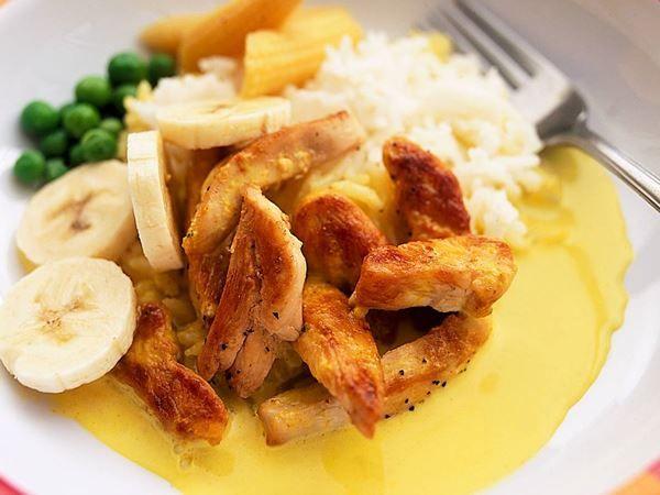 500g kyckling strimlor Arla Smör ½ tsk salt 1 krm svartpeppar 1 tsk curry 4 dl matlagningsgrädde 15% 1½ msk kycklingfond • Bryn kött/fläskfilé i smör. Krydda med s&p. Rör i curry, grädde och fond. Låt allt koka 3-4 min. • Servera med ris, skivad banan, majs och ärtor. Toppa gärna med en klick stark mango chutney/jordnötter. Recept flygande Jakob gryta fusk fav