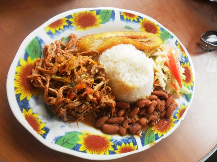 Carne esmechada con arroz y plátanos dulces (Cartagena de Indias)