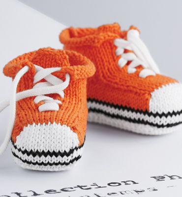 """Modèle chaussons """"baskets"""" rayés - Modèles tricot layette - Phildar"""