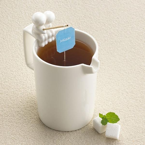#17 La casa de diseño Mizar creó esta divertida taza que tiene dos simpáticos personajes pescando con el hilo de un saco de té. Ingenioso, ¿no?