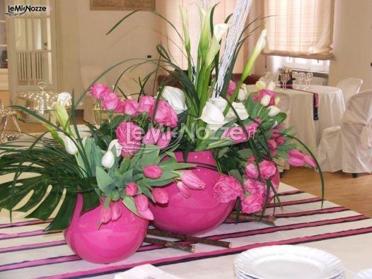 http://www.lemienozze.it/operatori-matrimonio/fiori_e_addobbi/composizioni-floreali-roma/media/foto/16  Allestimento per il matrimonio con fiori rosa e bianchi in vasi di ceramica fucsia