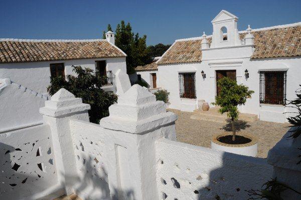 El Guarda is een vijfhonderd jaar oude cortijo omgetoverd tot een luxe Bed en Breakfast, gelegen in een schilderachtige vallei in de directe omgeving van de historische stad Ronda. Deze prachtige en landelijk gelegen accommodatie is een schoolvoorbeeld van een authentieke Andalusische boerderij. De cortijo is recentelijk gerenoveerd. Daarbij is de traditionele stijl behouden gebleven en gecombineerd met modern comfort. Cortijo El Guarda is de ideale plek om stedelijke drukte te ontvluchten…