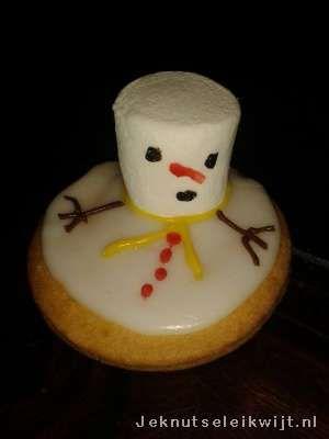 Traktatie sneeuwpop van eierkoek.