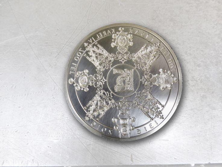 Autorem detailního návrhu emise je uznávaný umělec, akademický sochař Vladimír Oppl, známý mj. pro svůj design české dvacetikorunové mince.  Avers zdobí portrét Karla IV. Revers vyobrazuje Karlův korunovační kříž v kombinaci s fiálami a stylizovanou korunu s liliemi. Uprostřed je iniciála, kterou začíná většina dokumentů a nařízení Karla IV.  #kareliv #narodnipokladnice #vyroci #stribro #sberatelstvi #numismatika