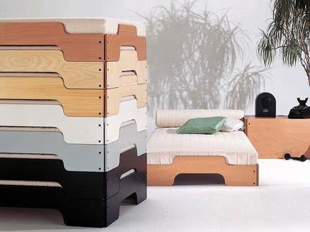 """Der Entwurf der Stapelliege stammt ursprünglich aus dem Jahr 1966. Die zerlegbare """"Stapelliege"""" besteht aus vier Holzteilen, Rollrosten, Matratzen und Verbindungselementen."""