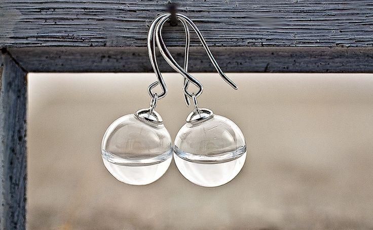 Ganz hauchzart und besonders habe ich hier Wasser, das Elixier des Lebens, zu einem Schmuckstück verarbeitet:  Mundgeblasene kleine Glaskugeln ge...
