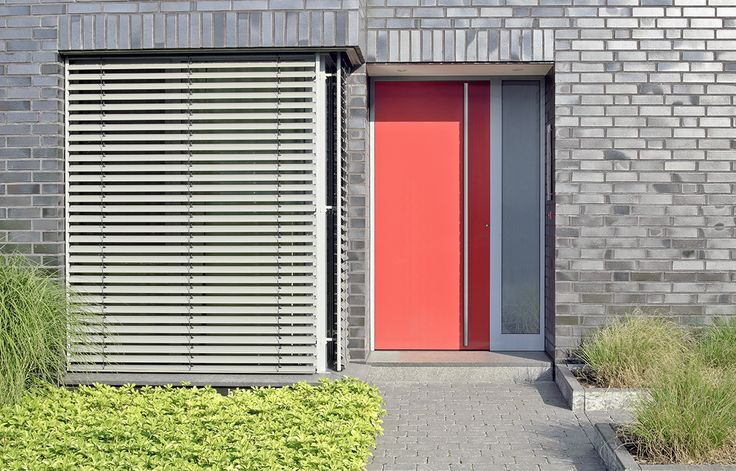 dichte voordeur, voordeur zonder glas, gewaagde kleur, deur rood. www.denkit.nl