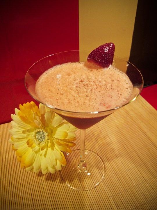 Receta Cóctel Hividay.   Licor casero de fresas-Susi (cosecha 2010), tónica, algarrobina, 2 fresas maduras, unas gotas de angostura y hielo picado. Mezclar todo. #recipe #receta #cóctel #cocktail#