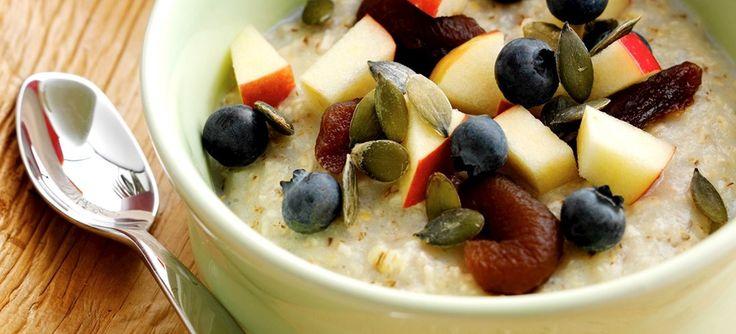 Skift havregrøden ud med denne lækre morgengrød på byggryn, serveret med æble, abrikos og blåbær. Se opskrift.