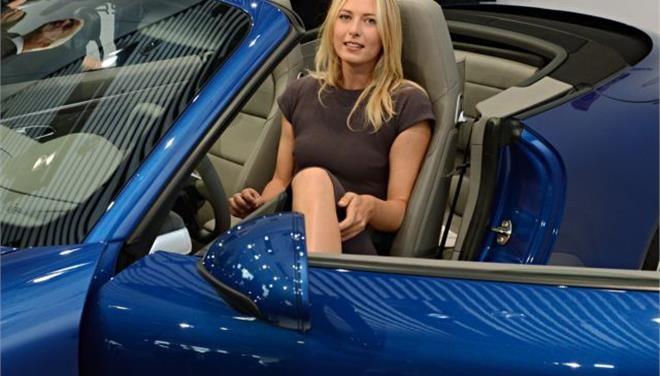 Οι Ρώσοι αγοράζουν σπορ αυτοκίνητα της Porsche και της Lexus για να προστατευτούν από τη βουτιά του ρουβλίου που εξανεμίζει τις αποταμιεύσεις