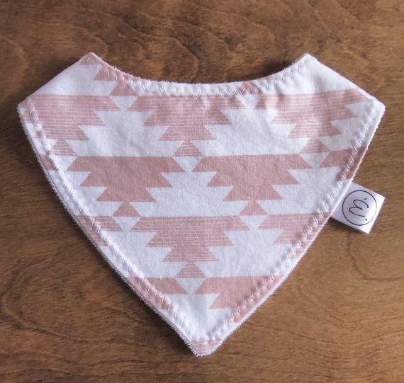 Ce petit bavoir-foulard est parfait pour nos minis qui ne savent plus quoi faire de leurs surplus de bave.  Il est doublé de ratine pour une