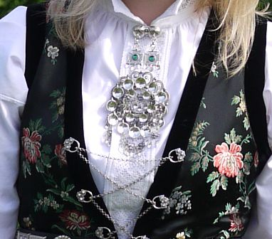 """Chain, broch and shirt-button for Norwegian """"bunad"""" from Sogn - handmade sterling silver"""