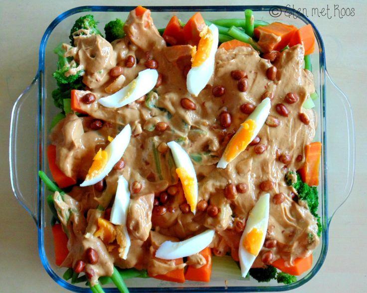 Vorige week deelde ik het recept voor pindasaus, nu kun je hier een prima gado gado groenteschotel van maken! :)  - Link in bio.
