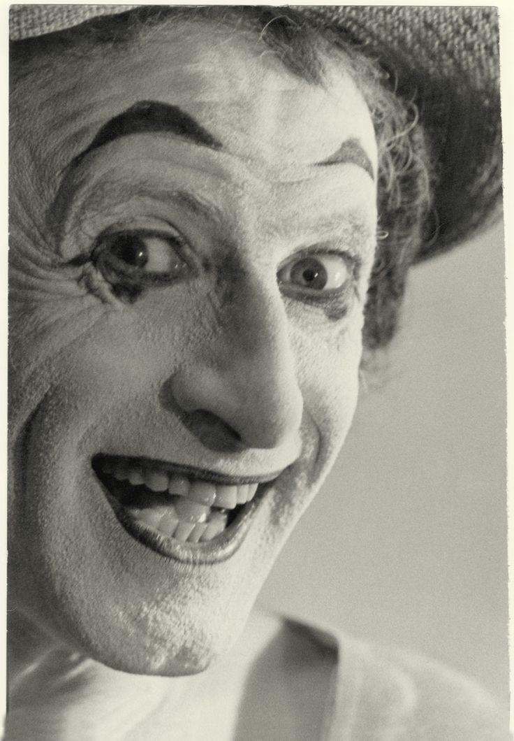 """Marcel Marceau (1923 - 2007) venía con su ya famoso personaje Bip, que había creado en 1946, aquel célebre payaso de rostro blanco y boca roja, que caracterizó durante seis décadas. """"La Mímica es un arte esencialmente dramático, con un solo objetivo: ser humano"""", aseveró."""