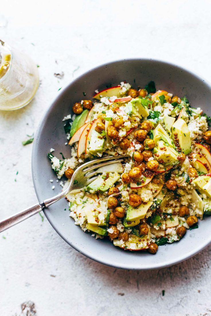 Een kruidige, verse power bloemkoolsalade met appels, geroosterde kikkererwten, en een snelle mosterddressing om je lichaam nieuwe energie te geven!