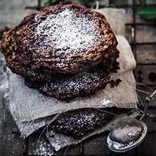 Oemotståndliga, stora sega chokladkakor med knapriga kanter. Glutenfritt!