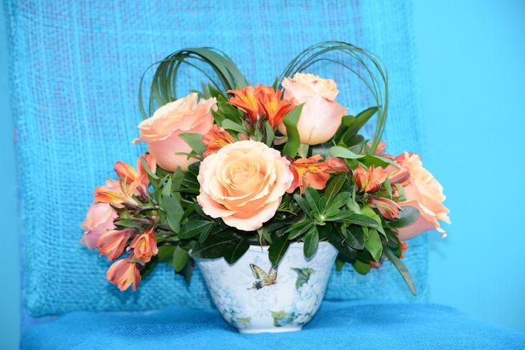 Piropos: Arreglo de 8 rosas, alstroemerias y follajes.   Disponible en base blanca. Solicítalo ya: Teléfono +571 2159030 o al correo electrónico clientes@lapetala.com.                 Precio: $ 80.000