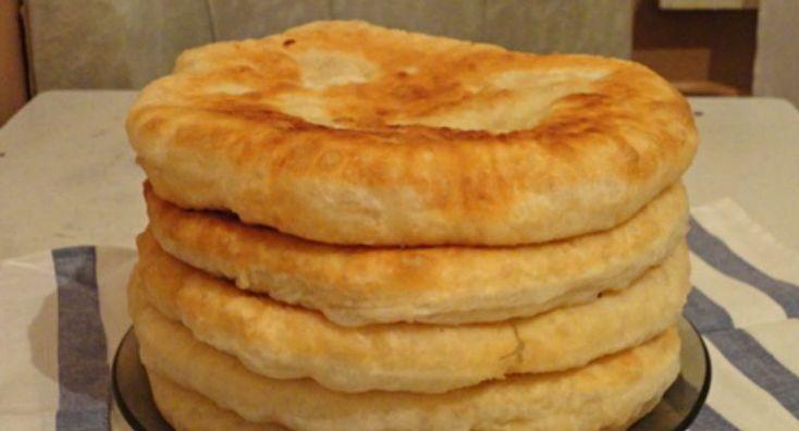 Не беда, если закончился в доме хлеб, а идти нет времени, да и лень выходить куда либо! Печём быстрые лепёшки. Они смогут заменить хлеб и просто пойдут на ура. Для их приготовления нам потребуется: - 400 гр пшеничной муки - 300 мл теплой воды - 1 ст ложка сахара - 1/2 ч ложки соли - 20 гр свеж