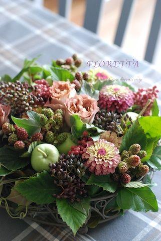 Beautiful floral arrangement—roses • blackberries • mini gren apples • zinnias • etc❣ floretta.exblog.jp