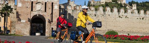 BY BICYCLE: Discover the Veronese region by bicycle is a wonderful idea! You can find thousands of routes in all the province, thanks to the huge offer: the mountains of Monte Baldo and Lessinia, the hills of Valpolicella and Est Veronese, and the Plain, but also the historical centre.  Mount to your saddle and go!