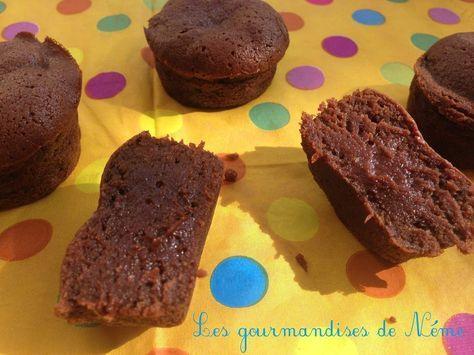 Mini moelleux au chocolat Il y a des basiques dans votre garde-robe, il y en a aussi en cuisine ! Je n'avais pas encore de recette incontournable de petits moelleux au chocolat à présenter au café. C'est chose faite ! Cette recette est parfaite. Les moelleux...