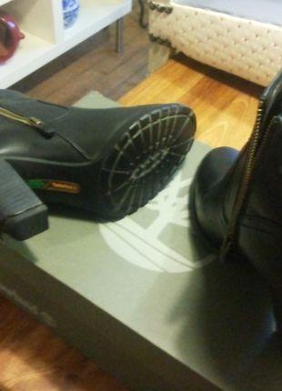 A vendre sur #vintedfrance ! http://www.vinted.fr/chaussures-femmes/bottes-and-bottines/15413796-chaussure-a-talon-noir-timberland