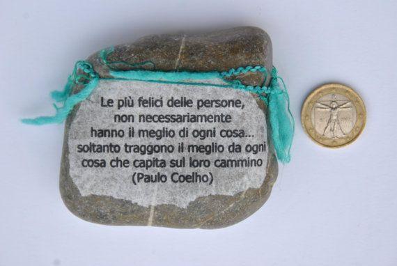 sasso fermacarte con aforisma Paulo Coelho di comivishop su Etsy