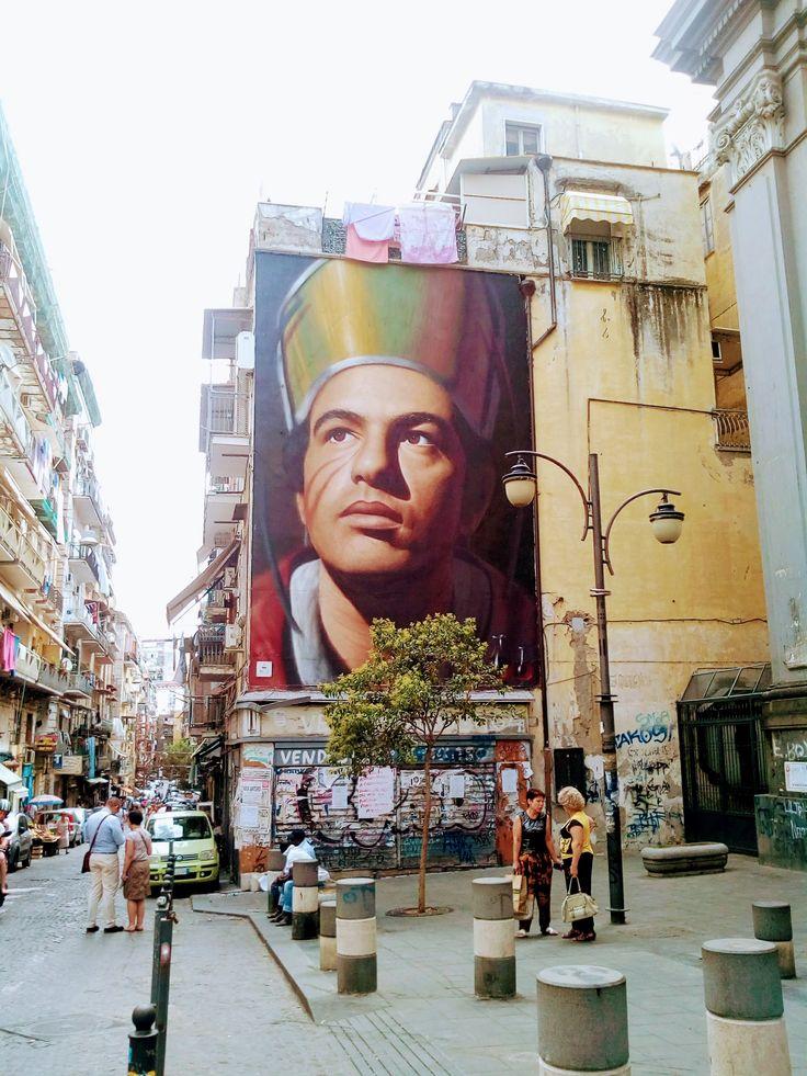 Na passione cchiù forte e na catena: San Gennaro È del 2015 ed è opera di uno street artist napoletano di origini olandesi. È il murales di San Gennaro che troneggia all'inizio del quartiere Forcella a Napoli. Il santo, venerato dai partenopei, com #sangennaro #napoli #murales #forcella