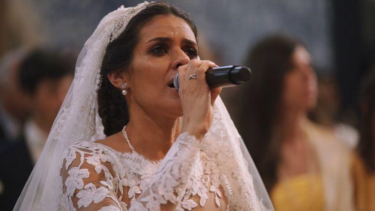 """O momento em que Cuca Roseta canta """"Avé Maria"""" no seu próprio casamento."""