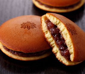 どらやき/Sweet red beans sandwiched between sweet mini pancakes.