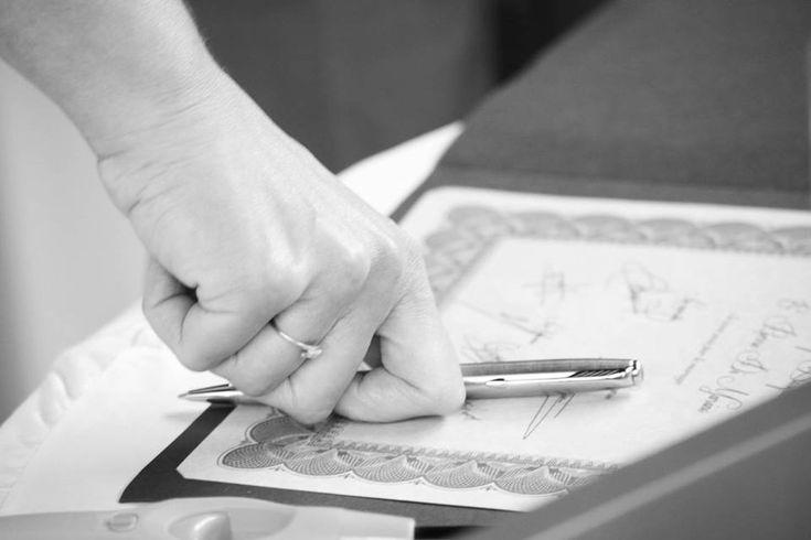 Ajouter un certificat de mariage commémoratif à sa cérémonie symbolique ajoute une touche de solennel et permet d'impliquer ses témoins