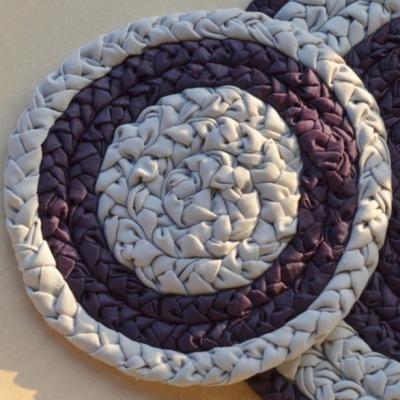 Purple woven bath mat made of cotton and silk handmade plaits - little one / Purpurowy chodniczek łazienkowy, zrobiony z bawełnianych i jedwabnych warkoczy - wersja mini :)