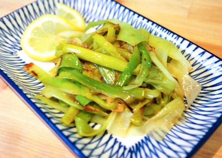 Easy braised leeks recipe with olive oil, stock and fresh lemon. Done in less than 25 minutes!