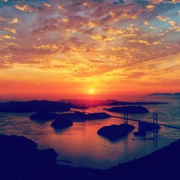「しまなみ海道」今治にある個性溢れたかわいいカフェはいかがでしたか?海を越えてまでも行ってみたくなりませんか?瀬戸内海に浮かぶ島々が織りなす自然美、夕暮れ時の来島海峡は忘れられないワンシーンに。