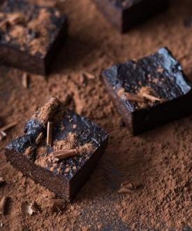 Brownie wszyscy znamy i kochamy. A jeśli upiec je z dodatkiem batata i awokado, zaś cukier zastąpić miodem – można zakochać się na zabój! Nie zwiększając się przy okazji o rozmiar…