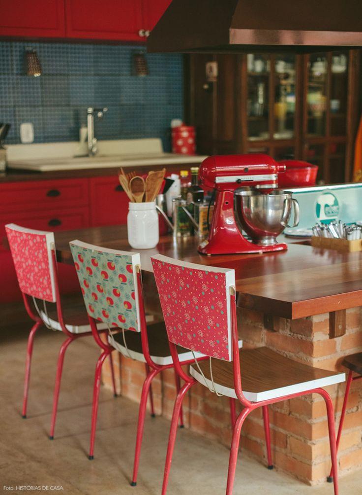 As cadeiras que já eram lindas ganharam um charme extra com as estampas aplicadas na parte de trás do encosto.