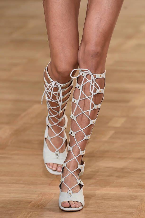 Sandali gladiatore, le scarpe di tendenza per la primavera estate 2015 | Sandali alti beige chiaro Chloè | FOTO