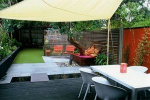 Taman belakang rumah sebagai ruang makan dan area santai