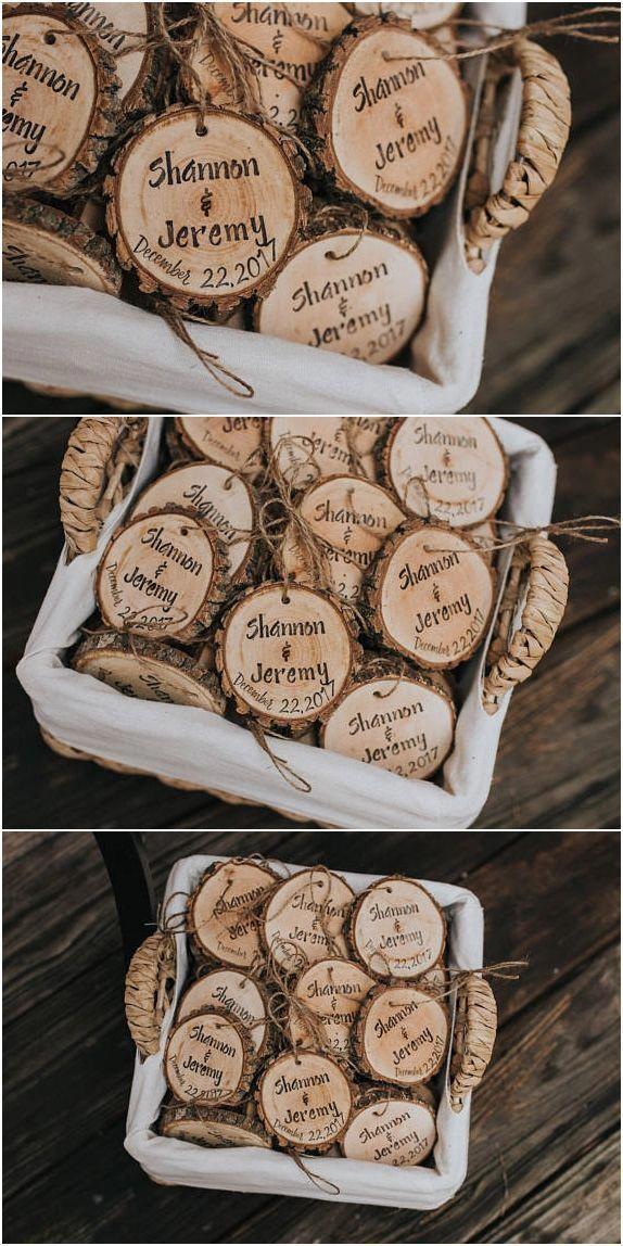 Personalisierte Hochzeitsbevorzugungen! Rustikale Hochzeitsbevorzugungen! Holzscheiben, rustikal, Hochzeit, Gefälligkeiten, Weihnachtsschmuck, Weihnachten Hochzeit Gefälligkeiten! #weddingfavor … – Logan Koceja